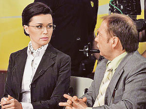 Анастасия Заворотнюк (на снимке с Андреем Федорцовым) неподражаема в образе провинциальной телеведущей